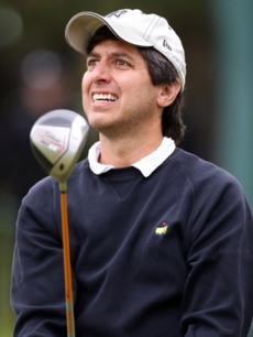 39040_funnyman-ray-romano-watches-his-ball-at-the-golf-championship